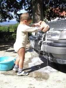 徹底的に車を洗う